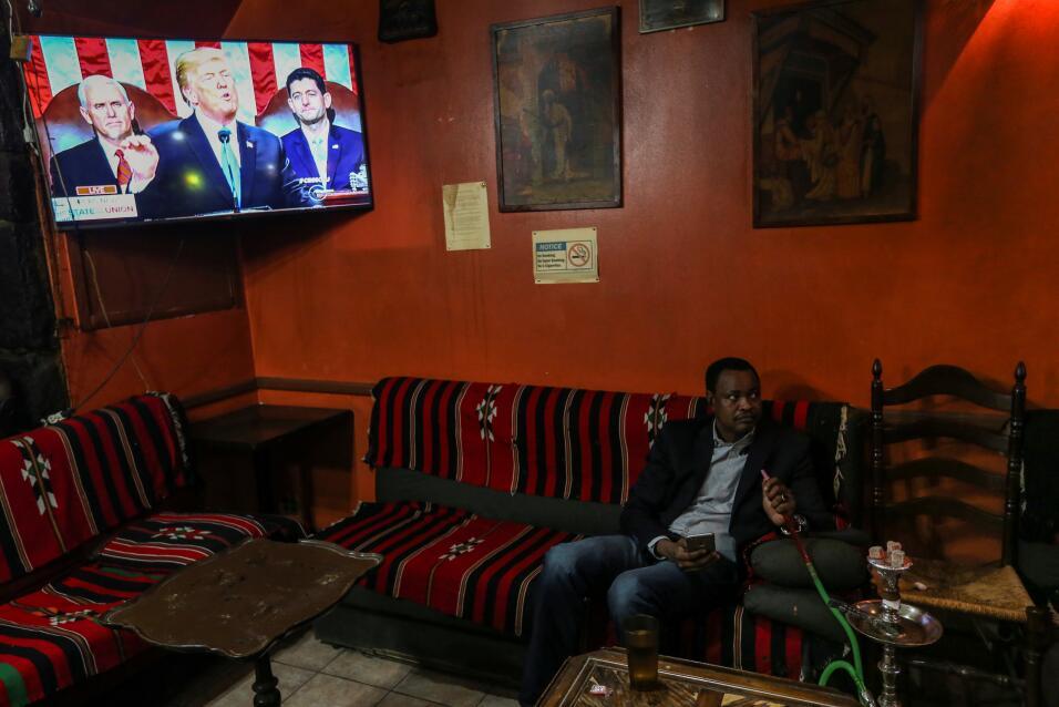 Un sudanes, que no quiso identificarse, mira el discurso del Estado de l...