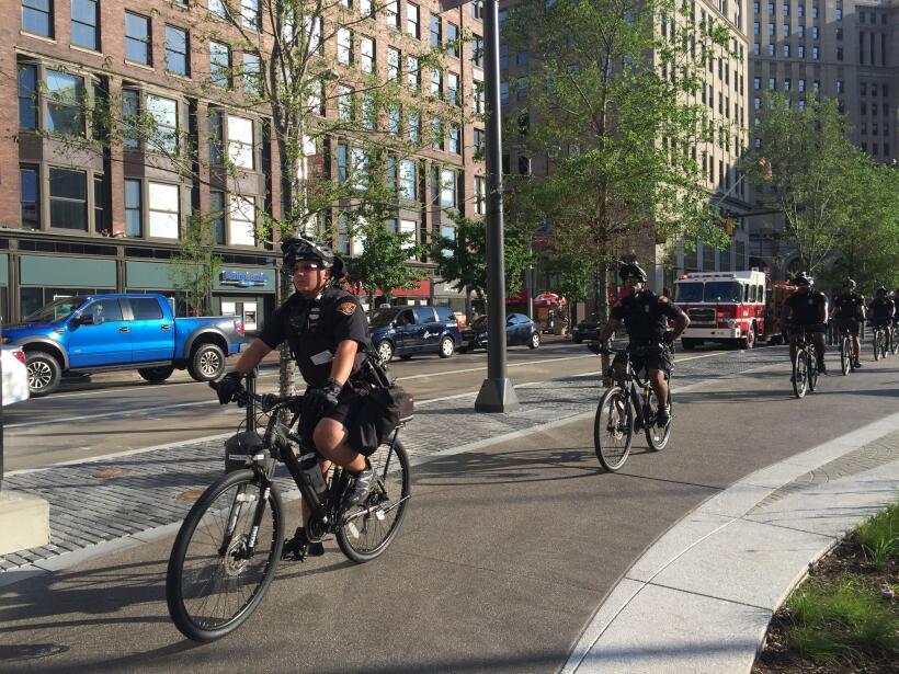 Policías, vallas y vendedores ambulantes en las afueras del Quick...