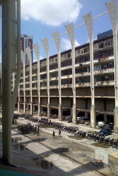 Agentes de la policía motorizada custodian el Palacio de Justicia en Car...