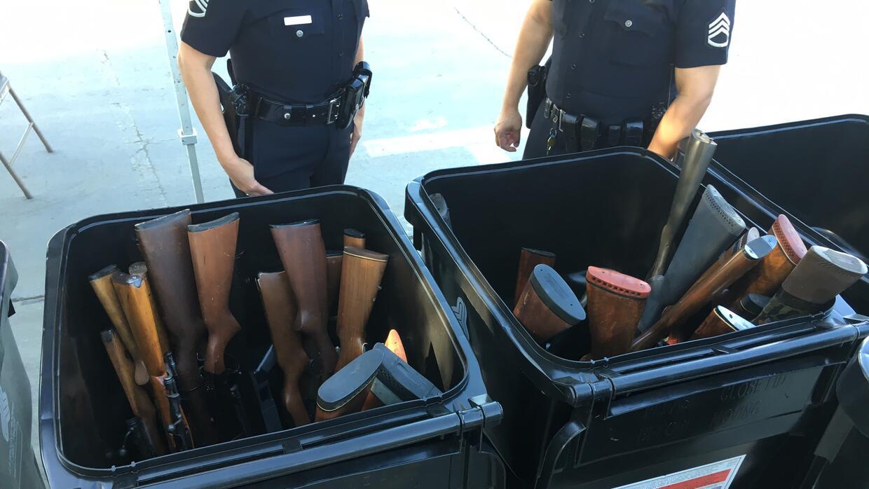Rifles intercambiados por tarjetas de regalo en el Sport Arena de Los Án...