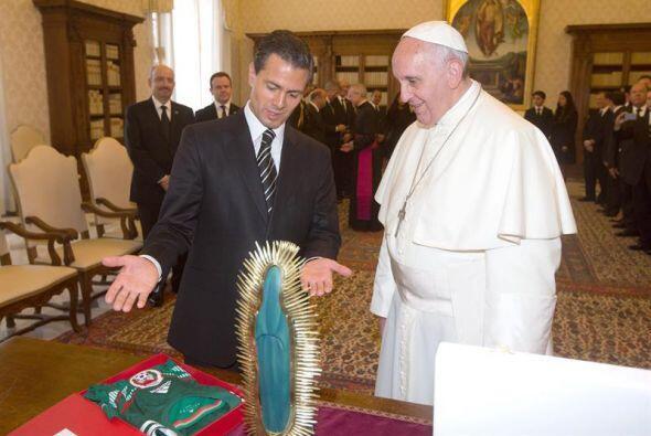 En el encuentro, Francisco y Peña Nieto intercambiaron obsequios.