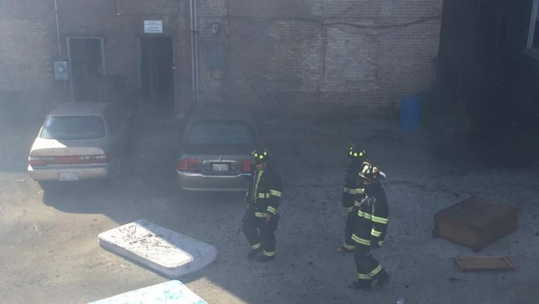 Bomberos luchan para combartir las llamas en dos eficios en Cicero