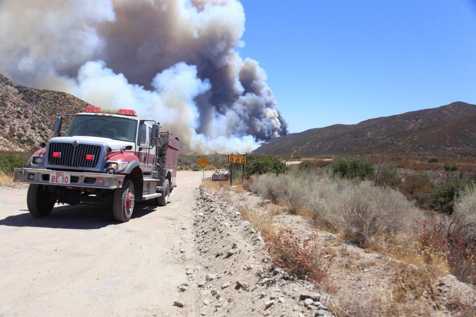 Dos bomberos resultaron con lesiones leves en las primeras horas del com...