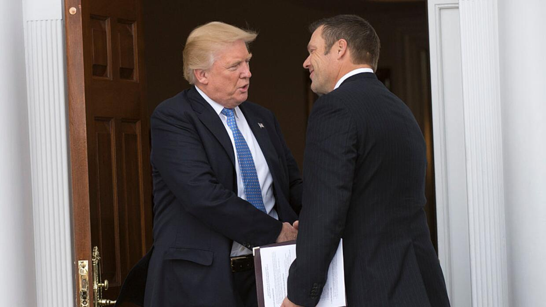 Donald Trump le estrecha la mano a Kris Kobach, vicepresidente de la Com...