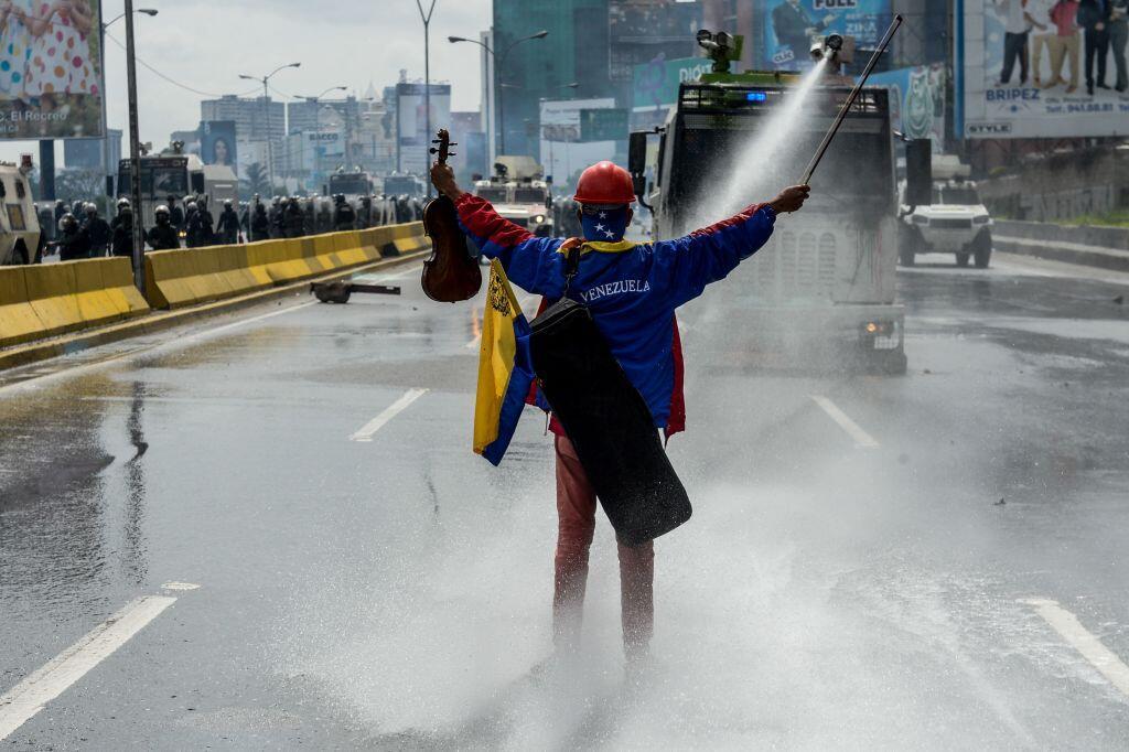 Durante los más de cuatro meses de protestas contra Maduro, el violinist...