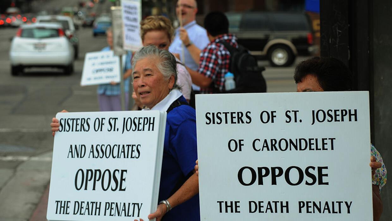 Opositores a la pena de muerte durante una manifestación en Los Angeles,...