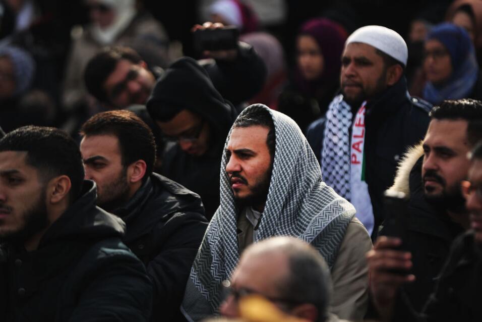 Pese a las bajas temperaturas, decenas hicieron parte de la oración como...