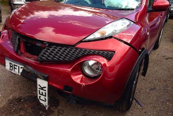 Su Nissan Duke quedó hecho pedazos cuando un policía se estrelló contra...