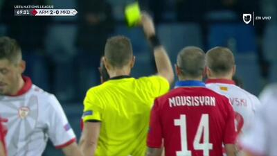 Tarjeta amarilla. El árbitro amonesta a Henrikh Mkhitaryan de Armenia
