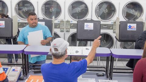 Un recinto de votación en una lavandería de Chicago, duran...