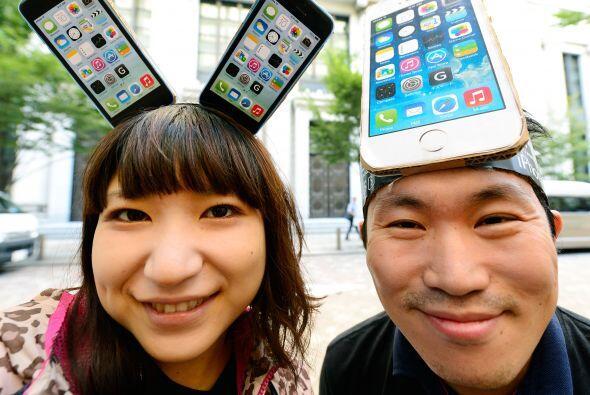 En Tokio la gente esperó con ánimo comprar el nuevo iPhone...