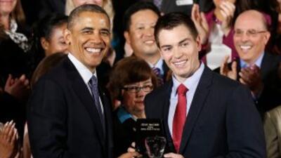 El presidente entregó el premio, con forma de manzana, a McComb, un prof...