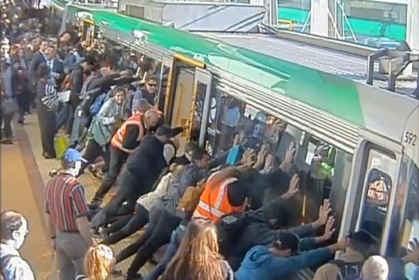 Las cámaras del tren lo grabaron todo y el video ha dado la vuelt...