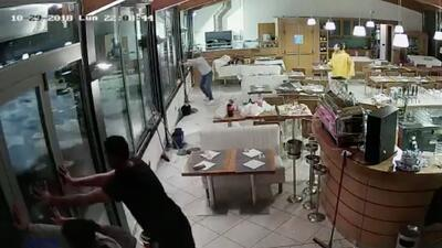 Video: Mira cómo las fuertes olas derriban las ventanas de un restaurante