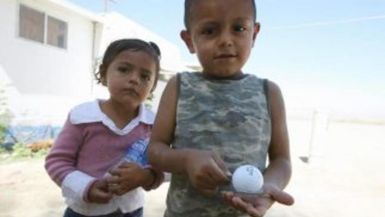 Pareja de niños hijos de trabajadores rurales en Thermal, Valle de Coach...