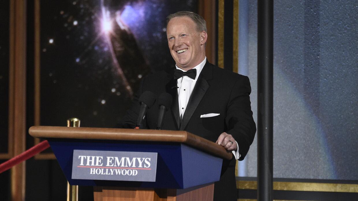 Sean Spicer habla en la ceremonia de los premios Emmy el domingo 17 de s...