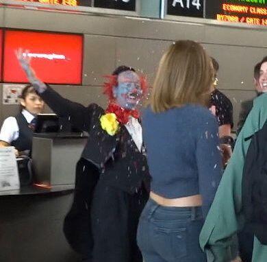 ¡Sorpresa! En cuanto la vio, le aventó el confeti en toda la cara...