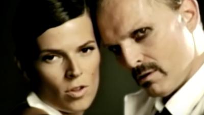 En el 2009, Miguel Bosé interpretó y grabó junto a su sobrina Bimba el v...