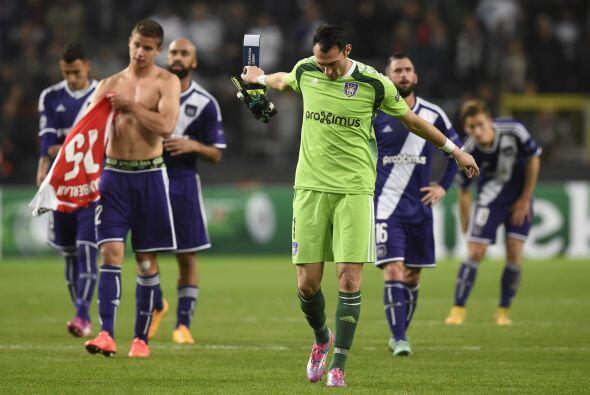 El Arsenal vinó de atrás y se llevó la victoria sobre Anderlecht por 2-1...