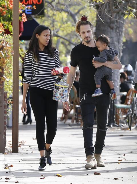 Zoe Saldaña sale con sus nenes a pasear.