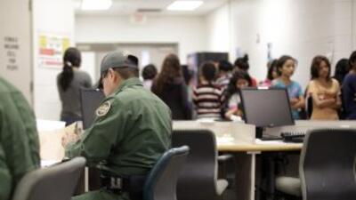 Agentes de la Patrulla Fronteriza procesan administrativamente a niños i...