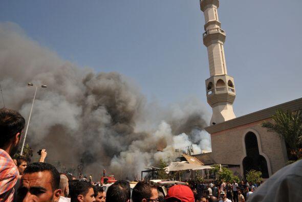 Sale humo por encima de las personas reunidas en la mezquita.