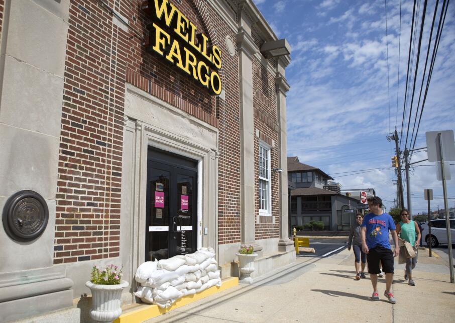 De cara al sol, prevenidos en el Wells Fargo de Margate, Nueva Jersey.