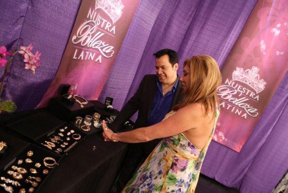 Cynthia Klitbo, quien estuvo de visita en el show, se probó varios anillos.