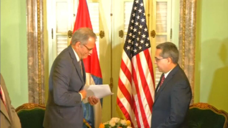 Diplomático estadounidense le hace entrega de la carta oficial sobre el...