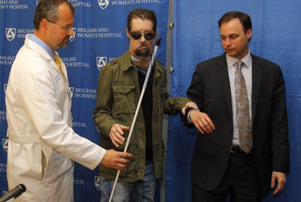 Él estuvo acompañado por los médicos que lo operaron.