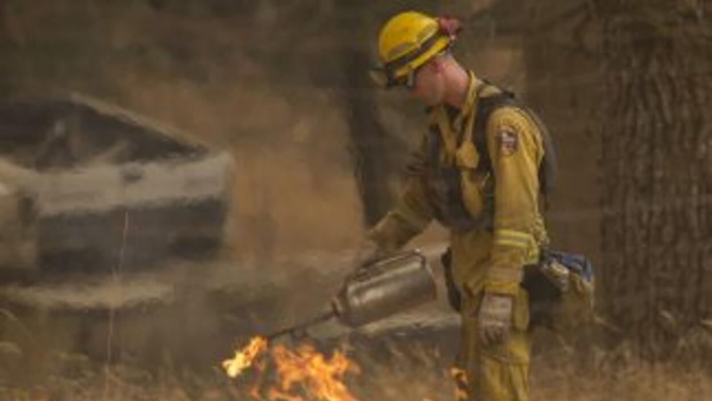 Bomberos siguen combatiendo el fuego en California.