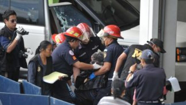 Bomberos municipales y policías sacan el cuerpo del cantautor argentino,...