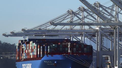 Un barco de carga en el Puerto de Oakland, California, el 30 de enero de...