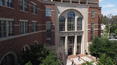 Exigen la renuncia del presidente de la Universidad del Sur de California tras el escándalo sexual que sacude al campus