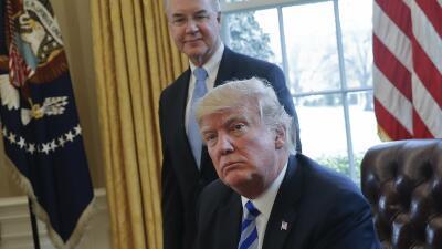 El presidente Donald Trump y detrás, el secretario de Salud y Servicios...