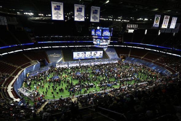 El estadio de Hockey de los Devils, el Prudential Center, lució a...