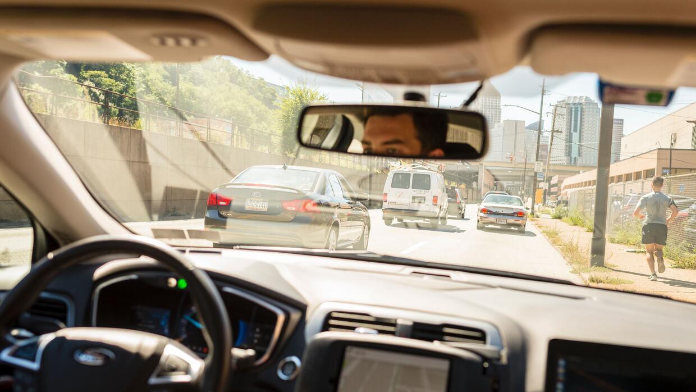 Un conductor manejando un vehículo autónomo de Uber en septiembre de 201...