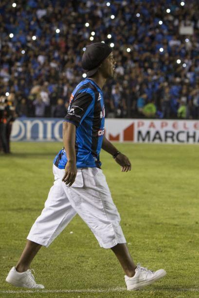 Al medio tiempo del duelo entre Querétaro y Puebla, Ronaldinho fue prese...