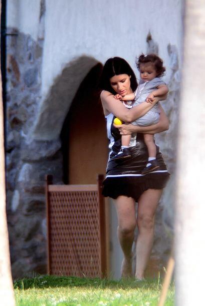 Disfruta de las imágenes más tiernas de la cantante con su nena.Mira aqu...