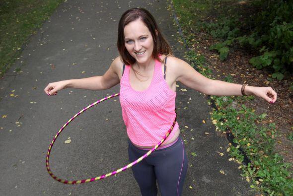 El 'hula hoop' es una manera diferente y divertida de hacer ejercicio y...