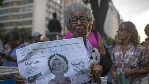 Una mujer muestra un periódico con la imagen de Marielle Franco e...