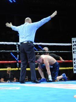 En el mismo tercer 'round' Esparza dobló y no volvió a levantarse.