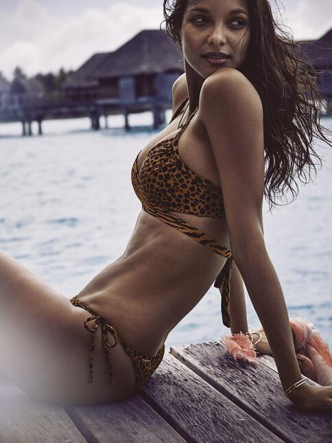 La candente supermodelo se ve hermosa en la nueva campaña de Victoria's...