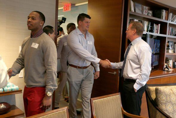 El comisionado de la NFL, Roger Goodell, recibiendo a los prospectos com...