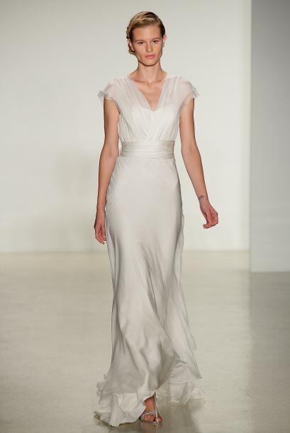 Los vestidos que son simples y de caída pesada, lucen entallados y dulces.