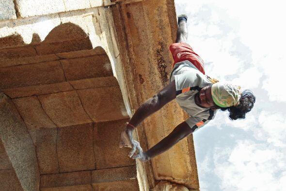 Actualmente comparte con otros niños lo que sabe sobre subir edificios.