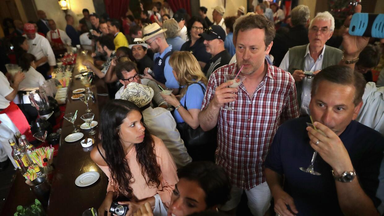 Decenas de turistas abarrotan la barra de La Florida, el bar donde Ernes...