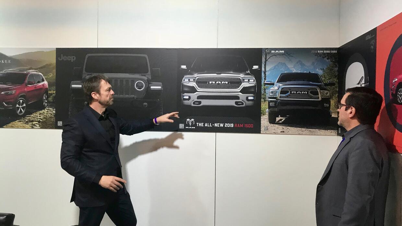 Mike Manley le explica a Simón Gómez de Univisión Autos el diseño fronta...