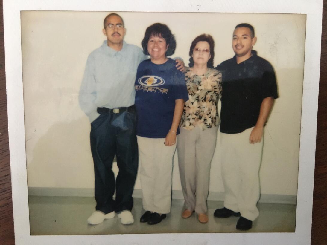 David Díaz tenía 22 años cuando le tomaron esta fotografía al lado de su...
