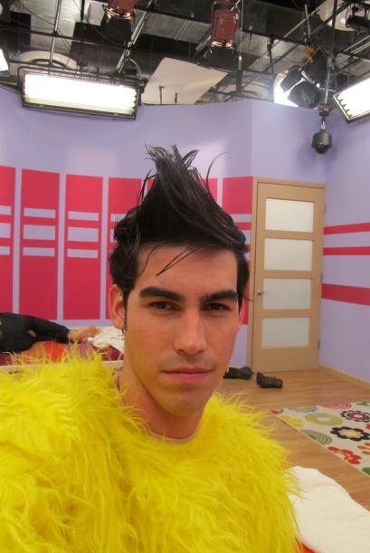 Por esta foto podríamos jurar que Alex se vistió del Pollo Loco. Alguna...